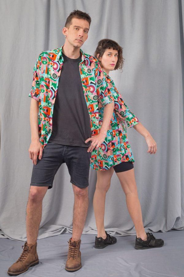 dos chicos con camisas geometricas inspiradas en el simulataneismo del artista robert delaunay