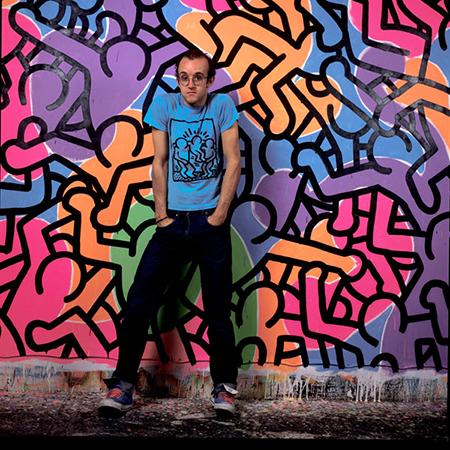 Foto de Haring y su obra con fondo de colores